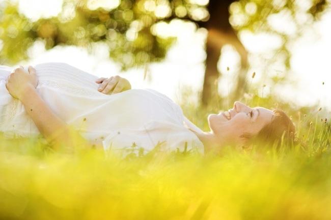 Těhotenství akojení představuje výraznou zátěž pro organismus ženy aje logické, že se mění ijejí potřeby, pokud jde ovýživu. Rozhodně ale nestačí zvýšit rovnoměrně přísun všech živin. Možná vás to překvapí, ale potřeba některých látek zůstává stejná, zatímco uněkterých nároky vzrostou mnohonásobně. Které to jsou ajak je mamince ajejímu děťátku správně zajistit?